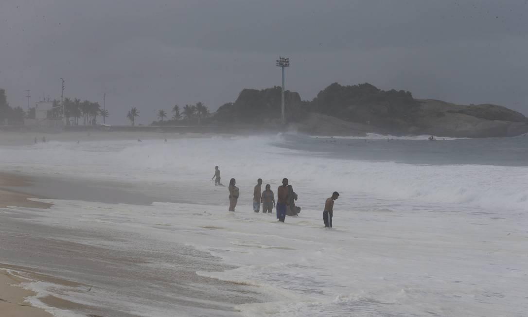 Apesar do tempo chuvoso, grupo aproveita a Praia de Ipanema neste domindo Domingos Peixoto / Agência O Globo