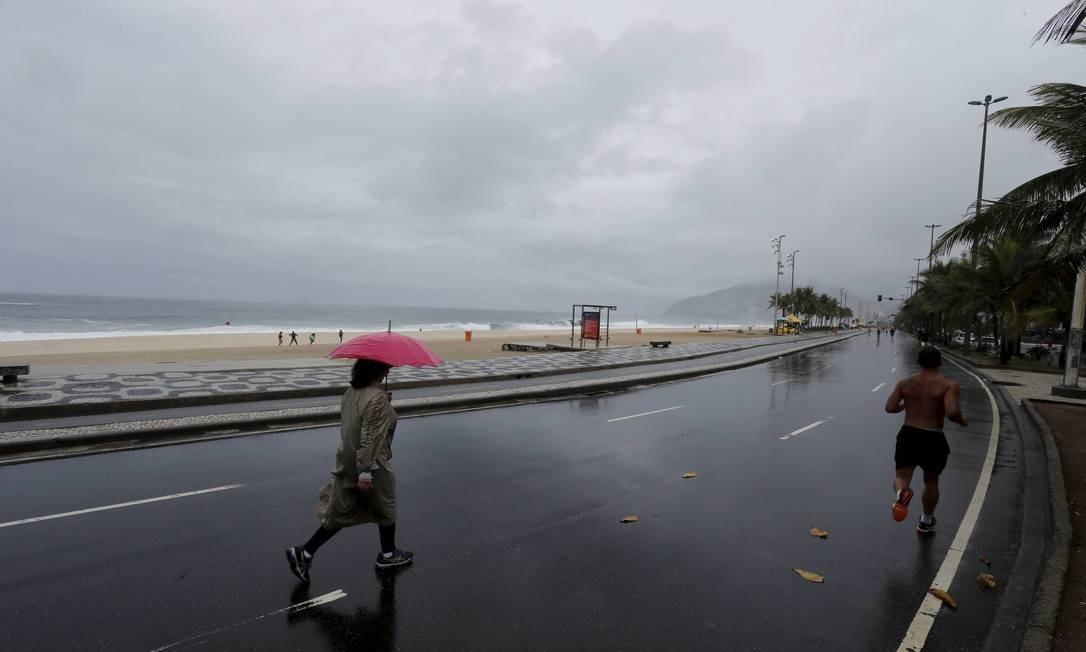 A movimetação na orla de Ipanema neste domingo chuvoso Domingos Peixoto / Agência O Globo