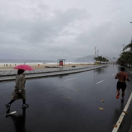 A movimetação na orla de Ipanema neste domingo chuvoso Foto: Domingos Peixoto / Agência O Globo