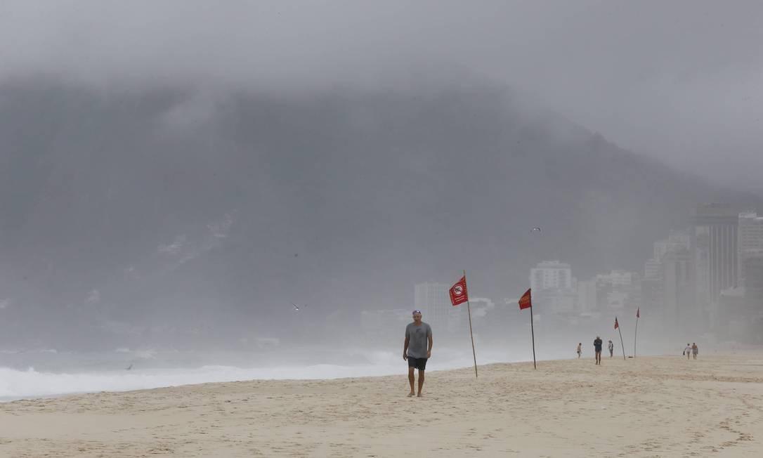Sinalização vermelha alertar para risco no mar de Ipanema Foto: Domingos Peixoto / Agência O Globo