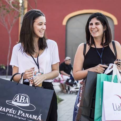 Ana Beatriz Pinheiro e Marcela Abdalla fazem compras no Veste Rio Foto: Hermes de Paula / Agência O Globo