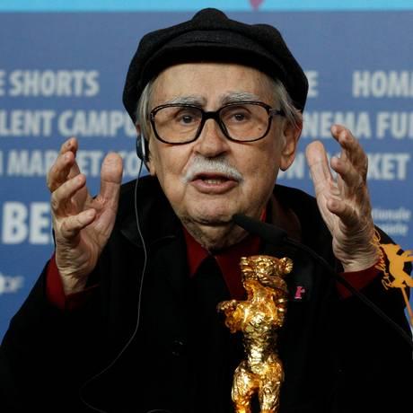 O diretor Vittorio Taviani, com o Urso de Ouro que ganhou por 'César deve morrer', em 2012 Foto: Tobias Schwarz / REUTERS