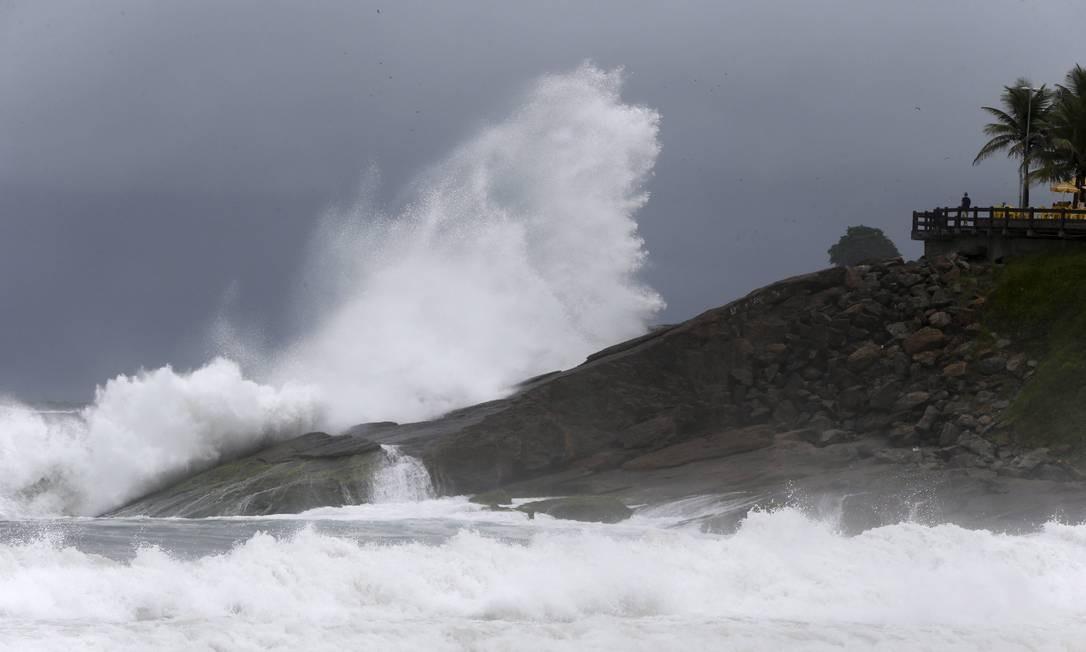 O mar de Ipanema agitado neste domingo chuvoso Foto: Domingos Peixoto / Agência O Globo