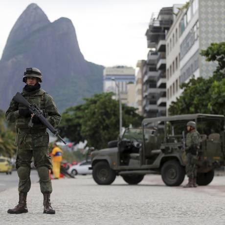Militares patrulham orla: roubo a pedestre triplicou Foto: Domingos Peixoto 02/03/2018 / Agência O Globo