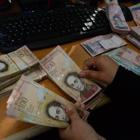 Em grande desvalorização, estratégias procuram dar maior credibilidade ao bolívar venezuelano Foto: Federic Parra / AFP