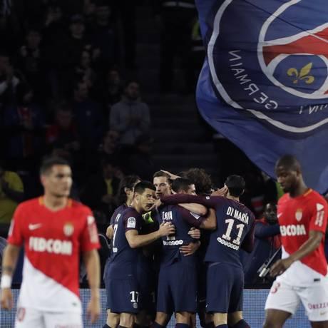 Jogadores do PSG comemoram um dos gols sobre o Monaco Foto: THOMAS SAMSON / AFP