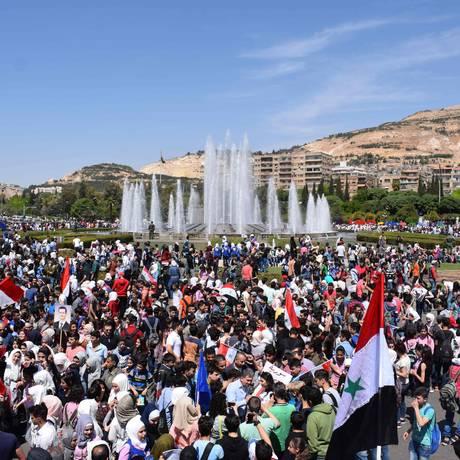 Sírios se reúnem em praça de Damasco para manifestar apoio a Bashar al-Assad Foto: STRINGER / AFP