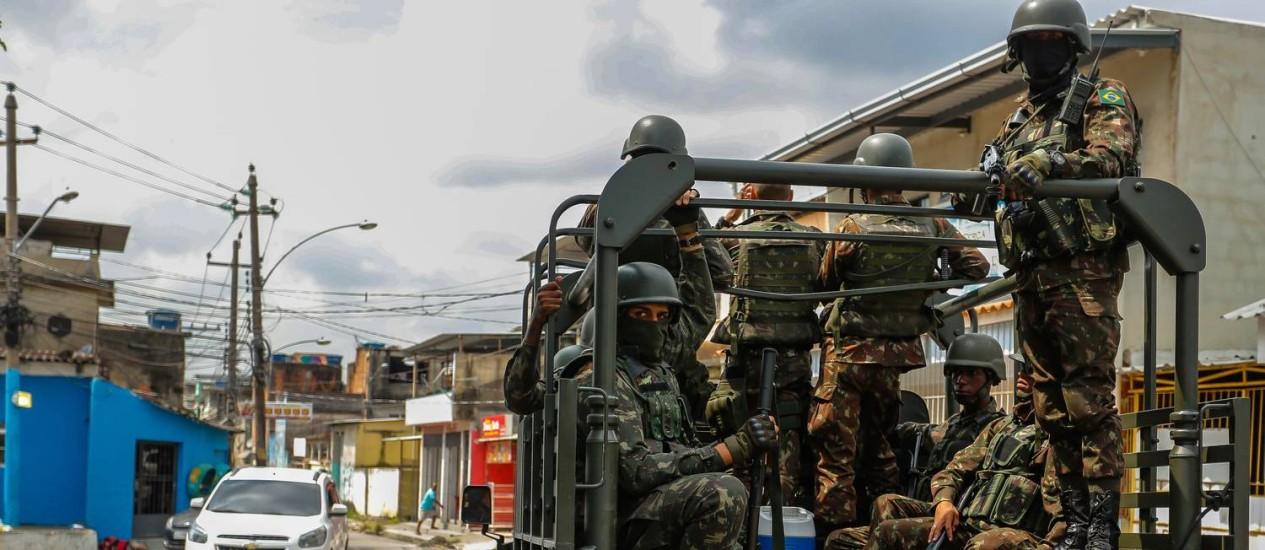 Homens das Forças Armadas patrulham a Vila Kennedy Foto: Marcelo Regua / Agência O Globo / 05.04.2018