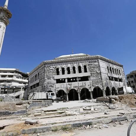 Homem passa em frente à mesquita em Douma, local em que suposto ataque químico ocorreu na Síria Foto: LOUAI BESHARA / AFP