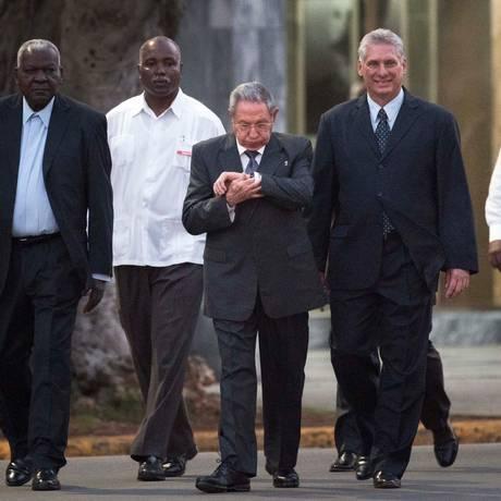 O presidente de Cuba, Raul Castro (centro) caminha ao lado do vice-presidente, Miguel Diaz-Canel Bermudez (à direita) Foto: Ramon Espinosa / AP