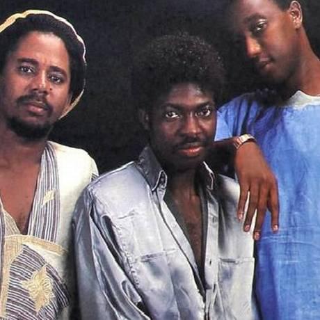 Roger Kedy (centro), na capa do primeiro LP do Obina Shok Foto: Reprodução