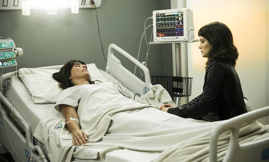 Clara (Bianca Bin) com a mãe Beth (Gloria Pires) após a cirurgia Foto: Divulgação/TV Globo/João Miguel Júnior