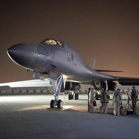 B-1B dos EUA é preparado para lançamento desde a base de Al Udeid, em Doha, Qatar Foto: US AIR FORCE