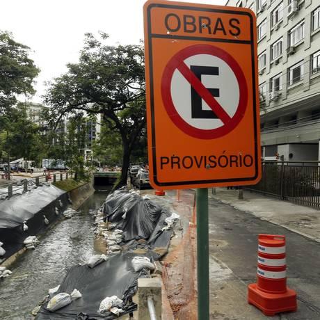 Na Tijuca, lonas de plástico foram instaladas às margens do Rio Maracanã para impedir que o terreno volte a ceder Foto: Agência O Globo / Antonio Scorza