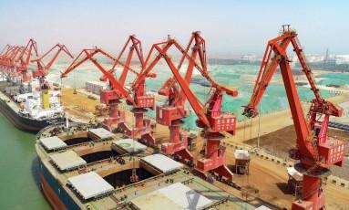 Porto de Lianyungang, na China: exportações impulsionaram crescimento do PIB Foto: AFP