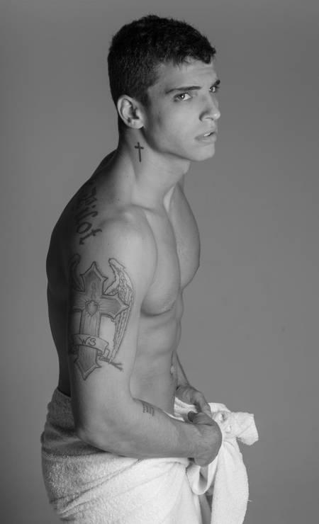 """Presença esperada na próxima edição da São Paulo Fashion Week, o modelo carioca Elthon Charles mostra suas tatuagens neste ensaio. Pelo corpo, frases e símbolos religiosos: """"Fiz desenhos que combinam com minha espiritualidade. Sou evangélico. Frequento a igreja Batista"""", explica ele Foto: Beto Urbano"""