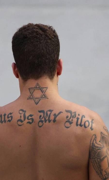 """A frase """"Jesus is my pilot"""" foi sua primeira tatuagem e ele a fez quando tinha 18 anos - hoje, o rapaz tem 24 Foto: Arquivo Pessoal"""