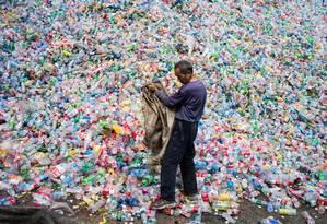 Sem descarte apropriado, as garrafas plásticas se acumulam em aterros e oceanos Foto: FRED DUFOUR / AFP
