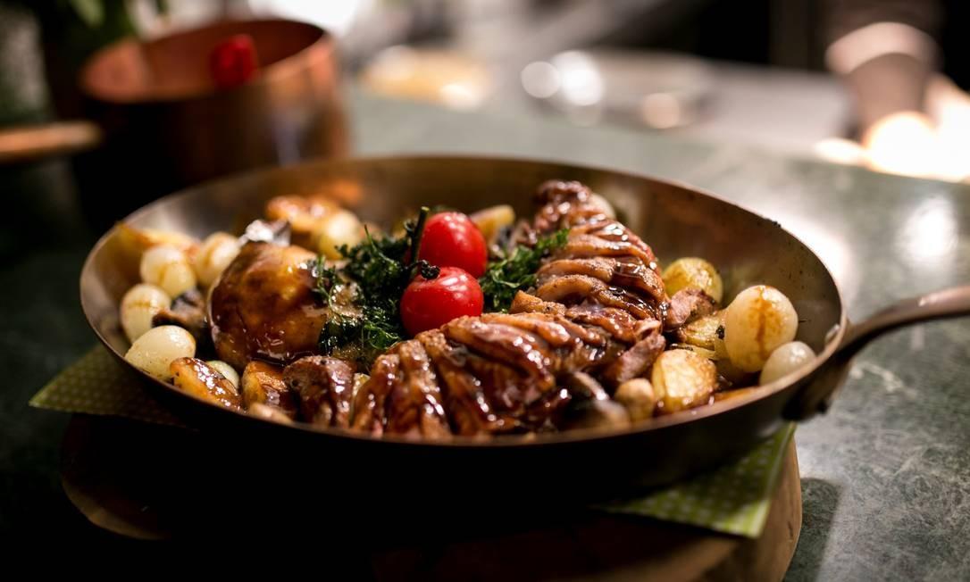 Chez Heaven Bistrot. Uma das opções do restaurante é o magret grelhado com cogumelo Paris, batatinhas e cebolas douradas. (R$ 179, serve duas pessoas). Av. das Américas 8585, subsolo, Barra. (98911-1953) Foto: Jr. Mandriola / Divulgação