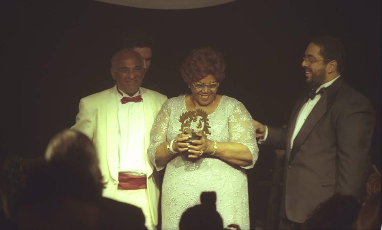 A cantora recebeu o prêmio Caras de música, em 2002 Foto: Ana Branco / Agência O Globo