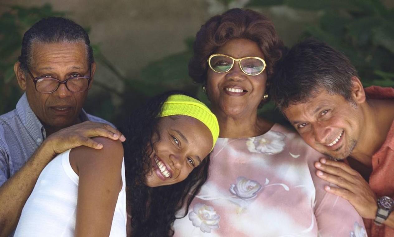 A dama do samba com Teresa Cristina, Elton Medeiros e Zé Renato para o show 'Cadência do samba', na Fundição Progresso, em 2003 Foto: Ana Branco / Agência O Globo
