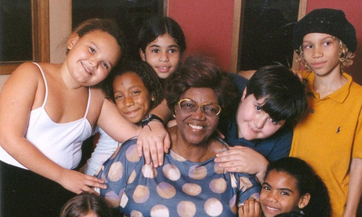 """A sambista posou com crianças da ONG 'Toca o Bonde' para o projeto """"Samba para crianças"""", em 2004 Foto: Divulgação"""