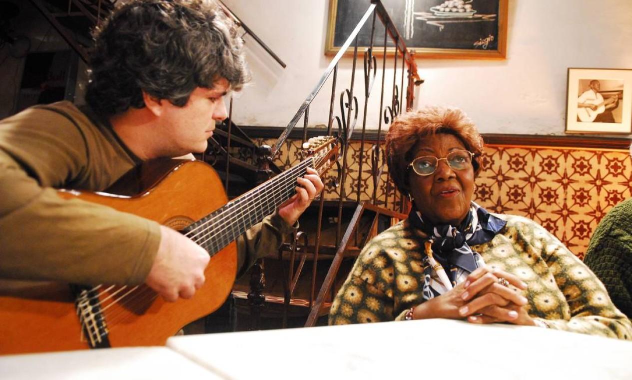 D. Ivone Lara cantando 'Alvorada' com Bernado Dantas, do grupo Semente, na gravação de série especial do 'Sarau', da Globo News, em homenagem aos 100 anos de Cartola. Foto: Kiko Cabral / TV Globo