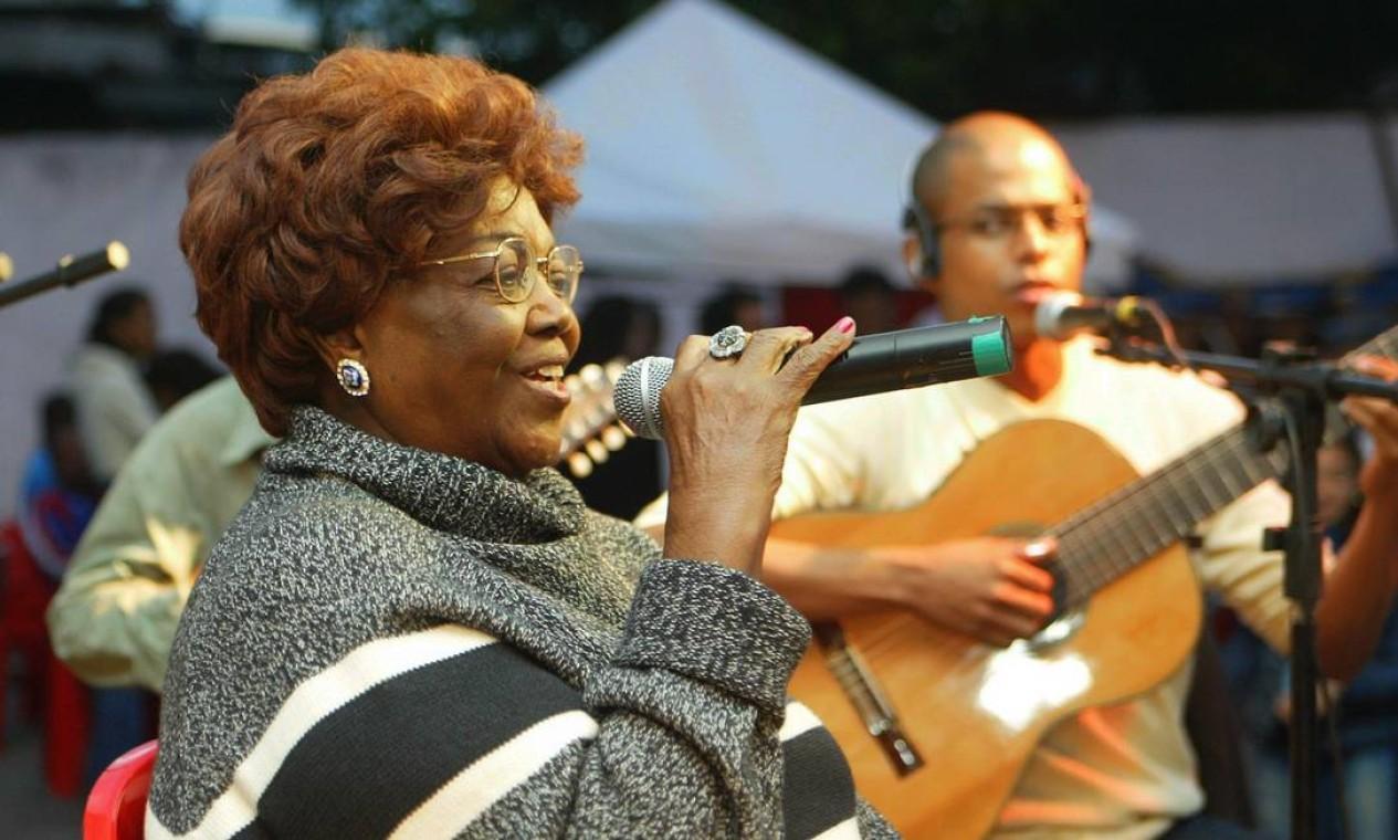 Cantando na praça Julio da Portela, em Madureira, em 2008 Foto: William de Moura / Divulgação