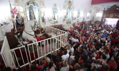 Fiéis oram para São Jorge no dia do santo Foto: Thiago Freitas em 23/04/2018 / Agência O Globo