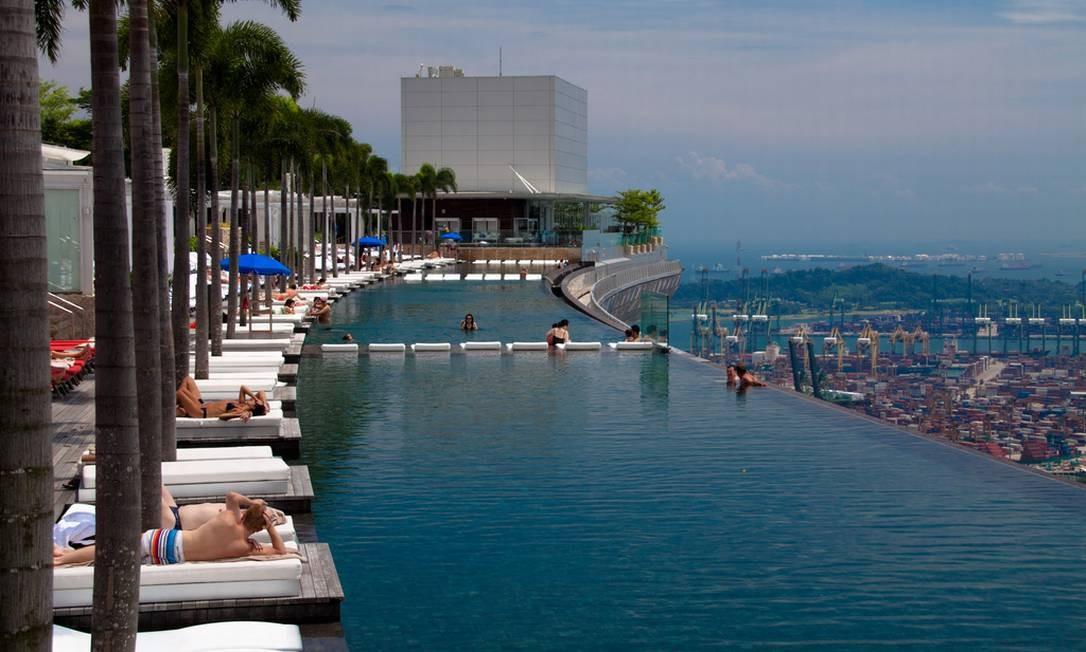 """A piscina do hotel Marina Bay Sands, em Cingapura, não tem fundo de vidro, mas a sua borda infinita, que fica no 57º andar, também deixa a sensação de se estar """"nadando no céu"""". Foto: Marina Bay Sands/Divulgação"""