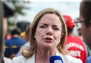 A senadora Gleisi Hoffmann (PT-PR), no acampamento em solidariedade a Lula em Curitiba Foto: Geraldo Bubniak/Agência O Globo/10-04-2018