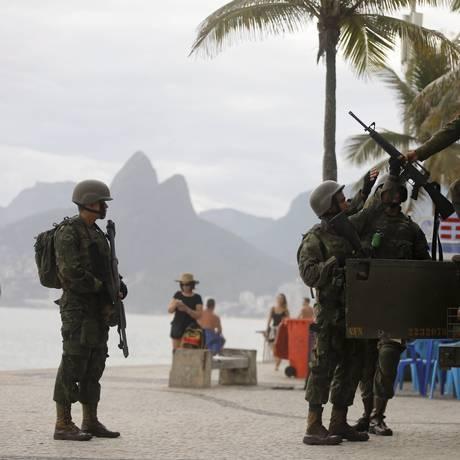 Soldados fazem o patrulhamento no Arpoador Foto: Domingos Peixoto/2-4-2018