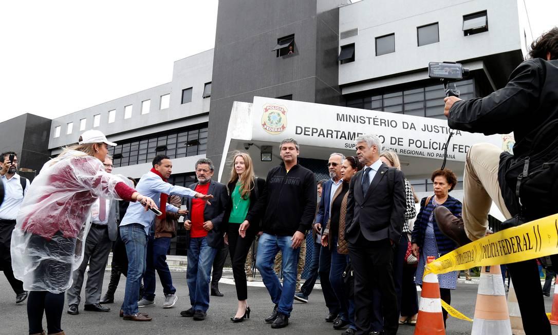 Senadores da comissão de direitos humanos visitam Lula preso na PF de Curitiba Foto: RODOLFO BUHRER / REUTERS