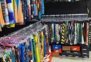 Roupas de marca falsificadas eram, vendidas no depópsito explorado pela milícia, na Zona Oeste do Rio Foto: Reprodução