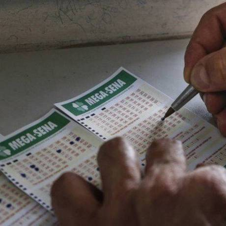 Apostador preenche aposta da Mega-Sena Foto: Edilson Dantas / Agência O Globo