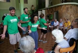 Grupo Cantareiros visita asilo: trabalho voluntário aumentou em 2017 Foto: Custódio Coimbra / Agência O Globo
