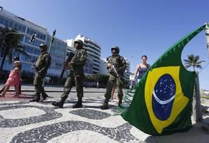 Militares na orla do leblon. Imagem de 08/04/2018 Foto: Fábio Guimarães / Agência O Globo