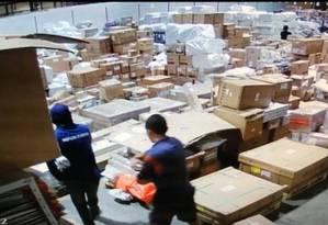 Os bandidos no terminal de carga do Galeão Foto: Reprodução de vídeo