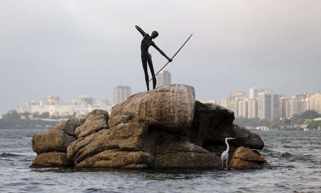 Rio bate recorde de frio do ano. Na foto, a escultura do Curumim instalada na Lagoa Rodrigo de Freitas Foto: Fábio Rossi / Agência O Globo