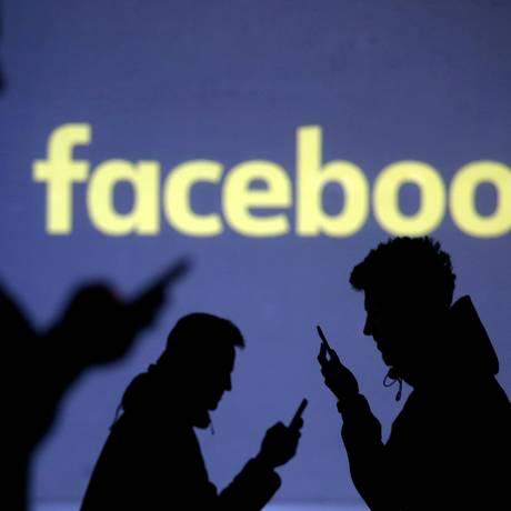 Projeção da logomarca do Facebook Foto: Dado Ruvic/Reuters