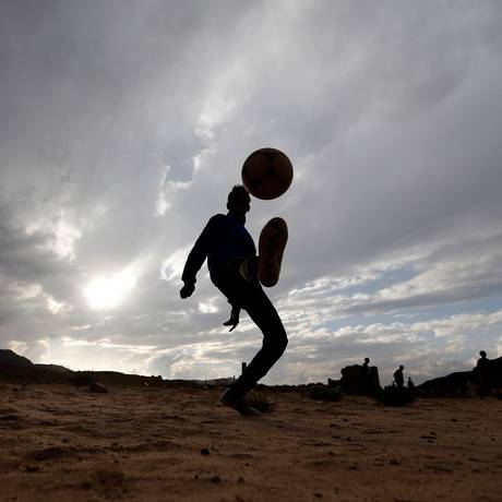 Um menino iemenita faz malabarismos com a bola na capital Saná Foto: MOHAMMED HUWAIS / AFP