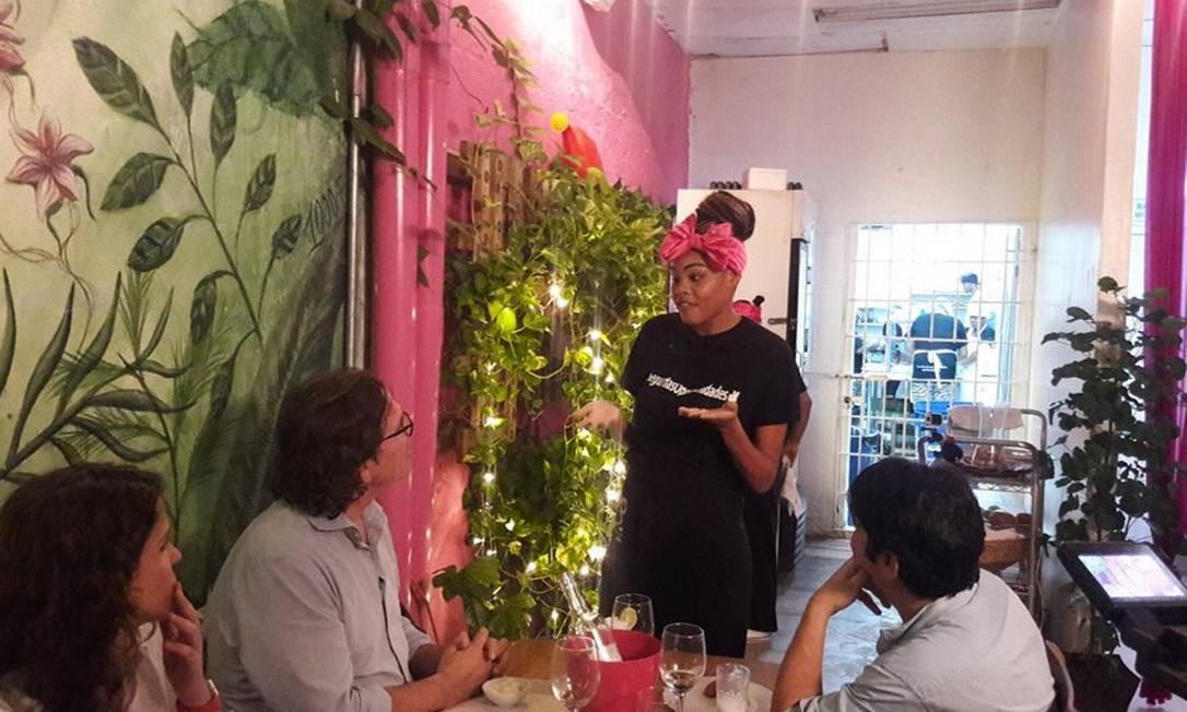 Crystal. Jovem detenta serve as mesas e canta para os clientes no restaurante do presídio San Diego Foto: Pollyana Brêtas