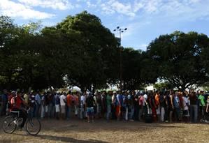 Imigrantes venezuelanos fazem fila para receber comida distribuída por ONGS, em Boa Vista Foto: Jorge William/Agência O Globo/17-02-2018