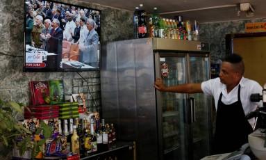 Cubano assiste pela TV sessão da Assembleia Nacional com Raúl Castro e Dáz-Canel Foto: STRINGER / REUTERS