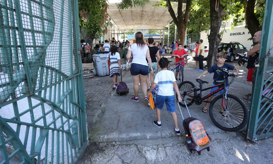Unidade de excelência improvisa para manter aulas de alunos da 4ª série Foto: Agência O Globo