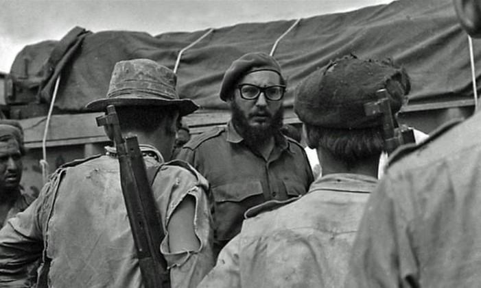 Fidel conversa com soldados após invasão à Baía dos Porcos Foto: Reuters