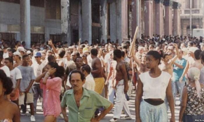 Em agosto de 1994, moradores de Havana fazem raro protesto nas ruas da capital de Cuba, conhecido como o 'Maleconazo' Foto: Reprodução/MartiNoticias