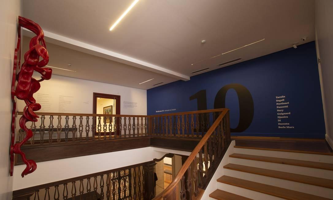 Peça de Frans Krajcberg na escada que leva ao segundo piso, onde ficam as exposições principais Foto: Alexandre Cassiano / Agência O Globo