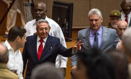 Tempo de mudança. Presidente cubano, Raúl Castro, ao lado de seu sucessor, Miguel Díaz-Canel: apesar de deixar a Presidência, Raúl permanecerá no comando do Partido Comunista cubano Foto: HO / AFP