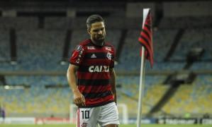 Diego lamenta lance desperdiçado no empate entre Flamengo e Santa Fe no Maracanã Foto: Alexandre Cassiano / Agência O Globo